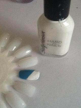 Pintar una franja blanca en diagonal en la parte superior de la uña.