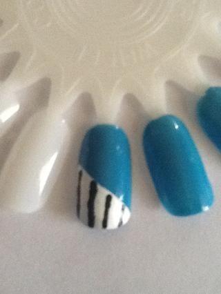 El uso de un palillo de dientes, cepillo fino o herramienta que salpican, pintar líneas negras en el blanco.