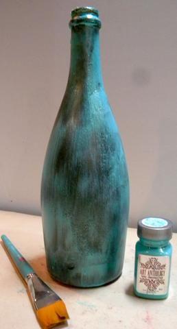 Desde esta botella de vino ya es verde, lo pinté con Pixie Sorbete, un color turquesa bonita luz que complementará el verde. Sorbete es transparente y tiene brillo. Deje secar por completo