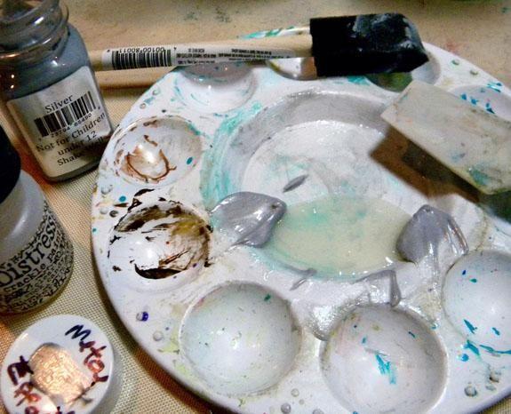 Yo podría haber dejado allí. Pero yo quería ver si podía crear área de crujido en el cristal. Mezclé Efectos de plata de metal con pintura Crackle socorro en Rock Candy, que es clara.