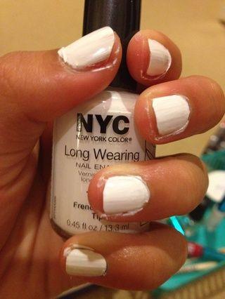 Pinta tus uñas una bonita sombra de blanco-)