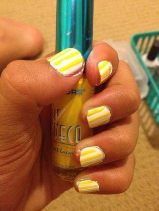 Para dar a tus uñas un fondo, tome su esmalte de uñas pincel fino de color amarillo y dibujar lentamente una línea vertical