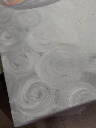 Ahora, con el mismo pincel grande. Deje la pintura gris en ella y empezar a pintar mientras espirales más de la parte gris de la barba. Mantenga la adición de remolinos de trabajo hacia el interior.