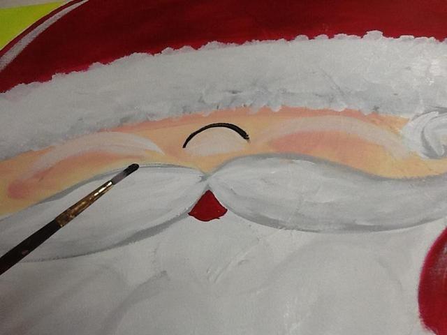 Es hora de esbozar. Enjuague el cabo rojo y obtener un poco de pintura negro. Dibujar la curva para la nariz.