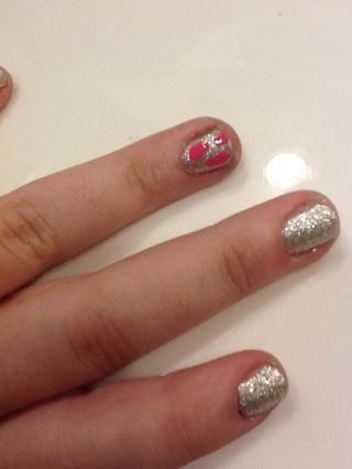 Realiza alrededor de 3 puntos en las uñas con una rosa fuerte ~ esto es Essie's 'over the shoulder'