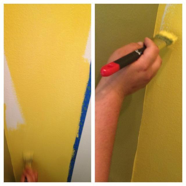 Ahora, la parte divertida! ¡PINTURA! utilizamos pinceles porque nuestro baño es tan pequeño, pero si usted tiene un espacio lo suficientemente grande / alto, usar el rodillo y la extensión. usted puede ir sobre la cinta un poco, acaba de ser conscientes