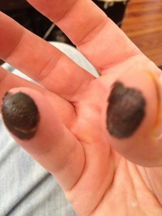 Limpie de nuevo y añadir un poco de color carmesí y marrón de su dedo meñique y el pulgar. Estos son los dedos de las nubes.
