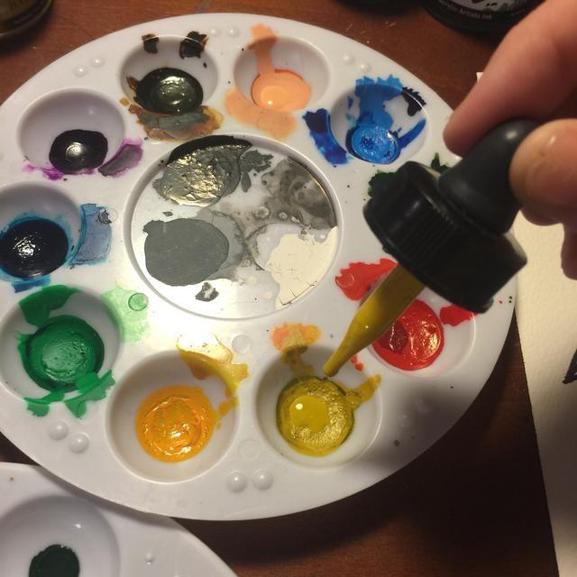 Prepara tus tazas de paleta con los colores o trabajar directamente desde un plato de la acuarela.