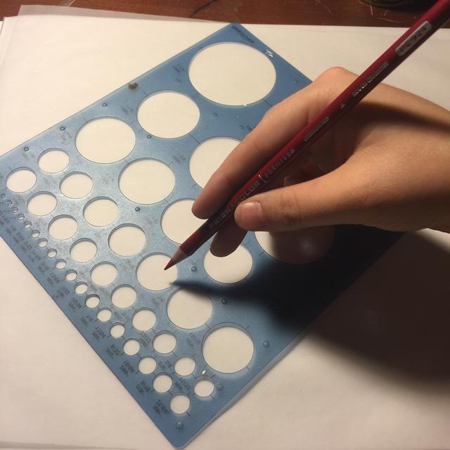Dibuja círculos dentro de círculos utilizando luz lápiz de color o un lápiz de grafito. Stencil es opcional pero agradable.
