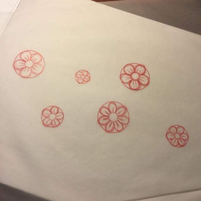 Rellene círculo exterior con pétalos.