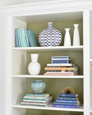 Una vez que la pintura esté seca, colocar los estantes de nuevo en el estante para libros y estilo con sus libros y objetos de colección favoritos.