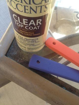 Cuando las cucharas se han secado, retire suavemente de las placas y sacar su pintura de alto brillo transparente.