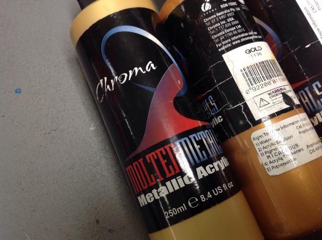 Esta es una gran marca de pintura metálica y se puede pedir de suministros de arte Blick. AMOR Dorado Oro!