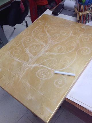 Primero pintar el oro lienzo con el pincel más grande. Cuando seco utilizar la tiza para dibujar un árbol como este con toneladas de remolinos.
