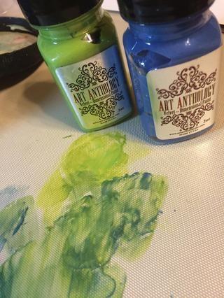 Me encanta usar mi arte Antología Craft Mat como mi paleta. Se convierte en una fácil limpieza al final.