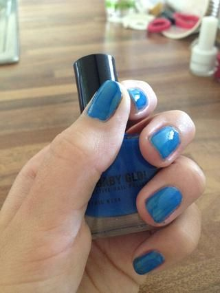Pinte todas las uñas azul :)