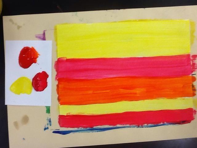 Pinte otra hoja de color blanco con colores cálidos. Permitir que ambos documentos se sequen.