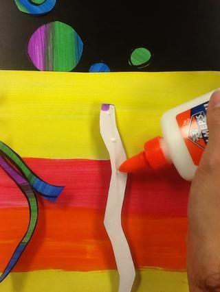Comience pegando puntos en los tallos y colocarlos en su otro papel pintado.