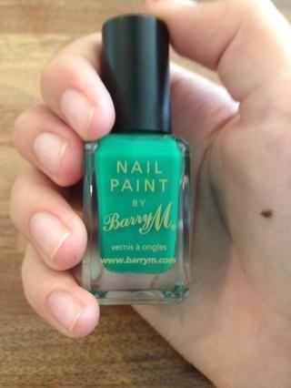 En primer lugar obtener el esmalte de uñas de color verde.
