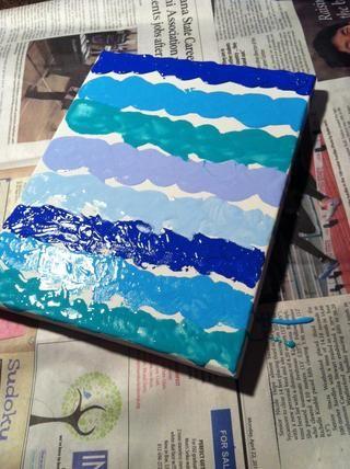 En primer conjunto de líneas se hacen! Don't worry if it's messy. Remember you're painting with a spoon.
