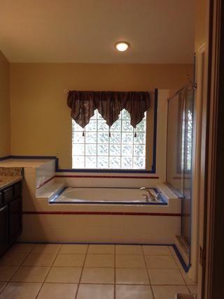 Nuevos granito y gabinetes de café espresso de la izquierda. Pero azulejo anticuado alrededor de la bañera y en la ducha. FYI cuando compramos la casa, así es como el azulejo veía yo no't choose it myself.