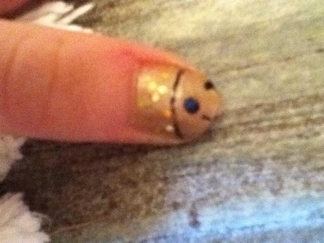 Tiempo Dalek fabuloso! Dibuja el detalle negro primero, entonces el ojo azul-tallo. Añadir bien pequeños puntos en destellos de color marrón o de oro (como yo) para el patrón. ¡Exterminar!