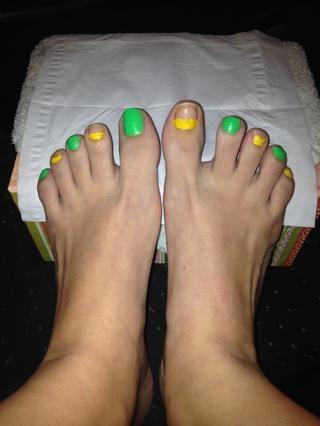 Empiezo con el verde y pinto el conjunto de todos los demás uña. A continuación, aplique una línea amarilla en la parte superior de otros clavos en blanco .. Puede ser un poco incómodo, el naranja se verá mejor que van junto al amarillo.