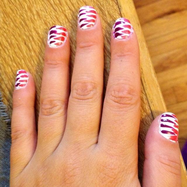 Utilice Striper de color rosa para crear rayas en el otro lado de cada uña