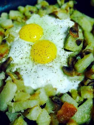 Añado huevos de las sobras de la mañana