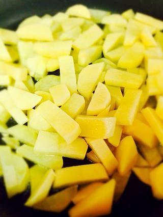 Llenar la sartén con aceite sólo para cubrir el fondo a continuación, añadir las patatas