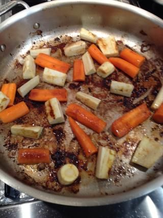 Rápidamente verduras asadas pan para un poco de color Retirar y reservar.