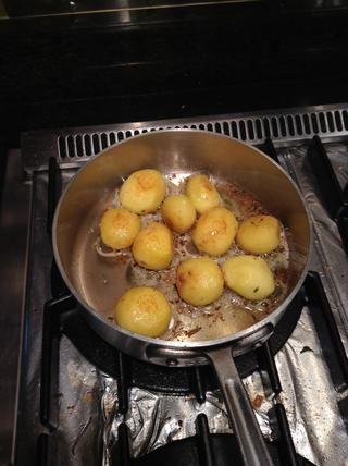 Patatas asadas en la cacerola pequeña sartén aparte usando permanecen 2 cucharadas. de mantequilla sazonado con una pizca de tomillo y unas hojas de romero.