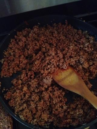 Añadir el tomate, pasta a la carne