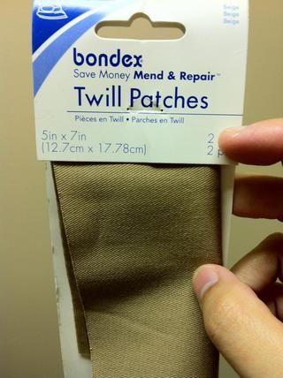 Hierro-en remiendo de tela de cualquier color. También puede utilizar cualquier tipo de tela duradera. Ellos corren alrededor de $ 1.50 en Wal-Mart.
