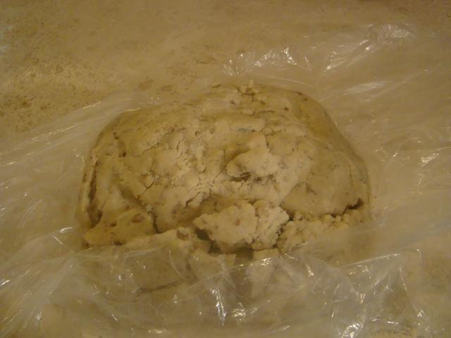Una vez que usted mezcló los ingredientes rodar en una bola de plástico. Asegúrese de que hay harina en el plástico wrap.Then envolverlos en plástico y luego poner la masa en el congelador durante 30 minutos.