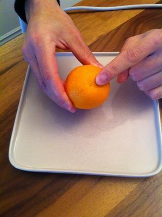 Busque el lado cóncavo de la clementina.