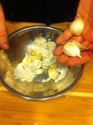 Romper la cabeza de ajo aparte en dientes individuales, y colocarlos en una de las copas.