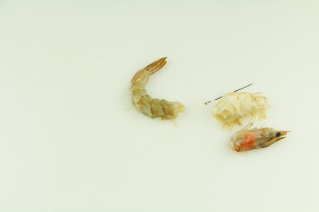Esta imagen muestra la vena, la cáscara, la cabeza y la cola - que ahora está listo para cocinar.