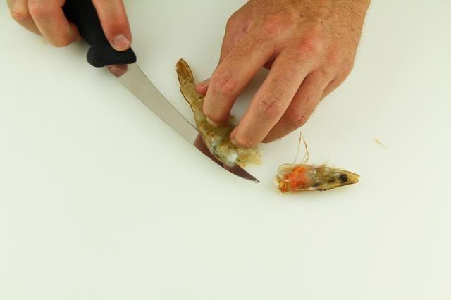 En un movimiento recto y hacia adelante, ejecute el cuchillo debajo de la cubierta y deslice hacia arriba. Con la práctica repetitiva este paso se hace muy rápido.