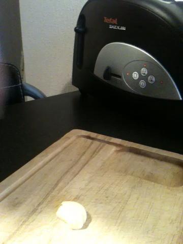 Cortar tan delgada como sea posible en un primer momento. Luego, utilizando un movimiento de balanceo con el cuchillo y la placa de cortar el ajo hasta lo más finas como desee.