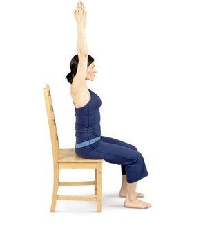 Levante los brazos por encima de su cabeza, las palmas hacia, los hombros relajados y abajo.