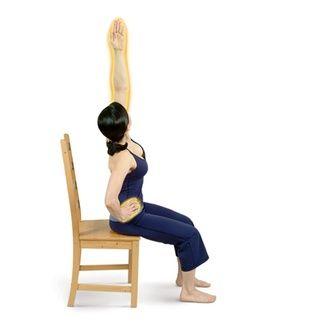 Coloque su mano derecha en su cadera derecha y extender su brazo izquierdo por encima con la palma hacia adentro. Estire hacia la derecha para realizar una Curva lateral sentado.