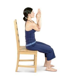 Levante los brazos a la altura del hombro en frente de usted, las palmas hacia arriba. Cruce su brazo izquierdo por encima de su brazo derecho, por lo que los codos estén en la parte superior de uno al otro.