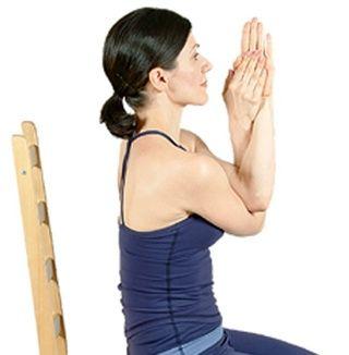 ... Doble los codos y antebrazos envolver alrededor de la otra para que sus palmas se enfrentan entre sí, los dedos apuntando hacia arriba.