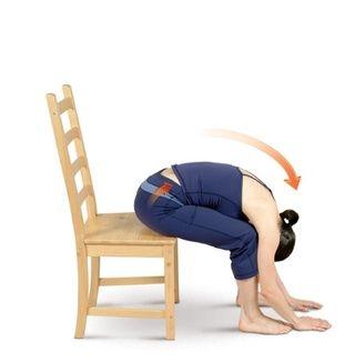Extienda los brazos sobre su cabeza y luego doblar hacia adelante desde las caderas para entrar a vivir Presidente flexión hacia delante.