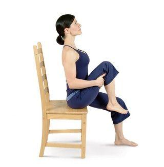 Entrelazar sus dedos debajo de su muslo derecho y levantar la rodilla derecha hacia el pecho para entrar en la rodilla al pecho Sentado Pose.