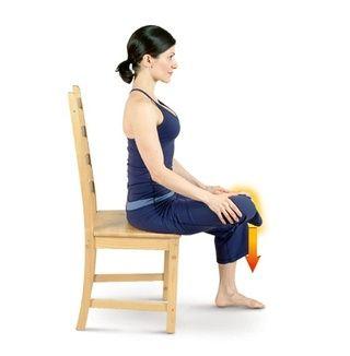 Coloca el tobillo derecho en la parte superior de la rodilla izquierda y apoyar la mano derecha, justo por encima de la rodilla derecha. Presione suavemente la rodilla derecha hacia el suelo para realizar Presidente Hip Stretch.