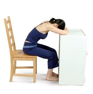 Mueva su silla a la mesa y realizar Presidente flexión hacia delante, apoyando los antebrazos en la mesa y descansando su cabeza sobre los antebrazos. Permanezca en esta posición durante unos minutos, permita que su cuerpo se relaje.