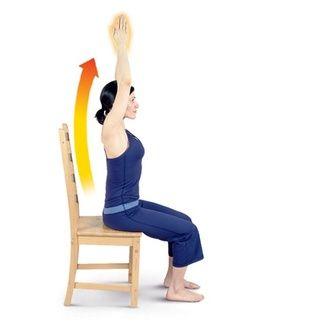 Encierra en un círculo los brazos a cada lado y luego traer las palmas juntas sobrecarga para realizar estiramientos de brazos.
