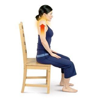 Realizar estiramientos de los hombros para aliviar la tensión en la espalda superior, hombros y cuello.